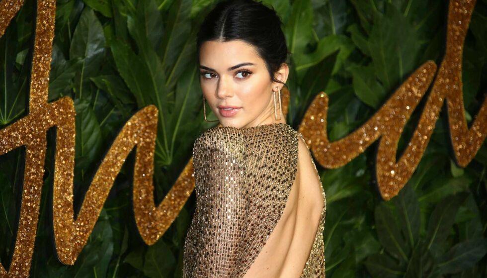 STJAL SHOWET: 23 år gamle Kendall Jenner vekker alltid oppsikt på rød løper, og helgens The Fashion Awards i London ble intet unntak. FOTO: NTB Scanpix
