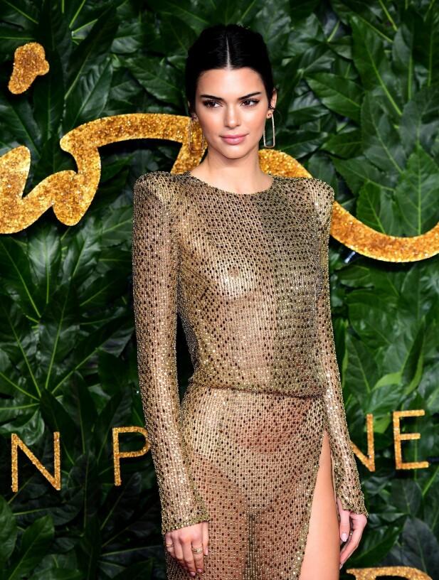 SLÅENDE VAKKER: Slik så det ut da Kendall Jenner ankom motearrangementet i London denne helgen. Stjernen overlot lite til fantasien i sin Julien Macdonald-designede kjole. FOTO: NTB Scanpix
