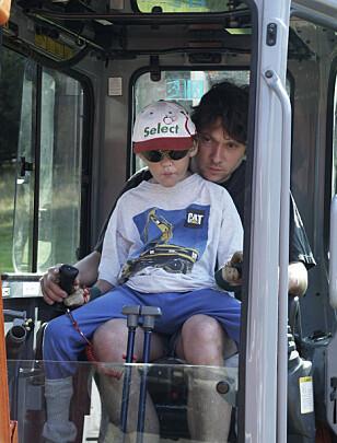 ELSKET GRAVEMASKINER: Hugo elsket gravemaskiner og alt med motor. FOTO: Privat