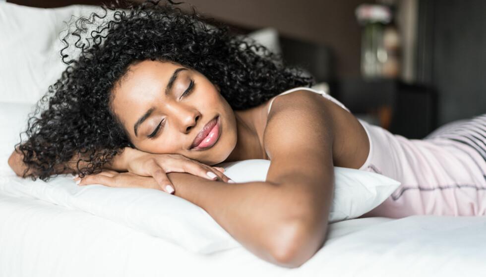 - Du sover rett og slett mindre jo eldre du blir