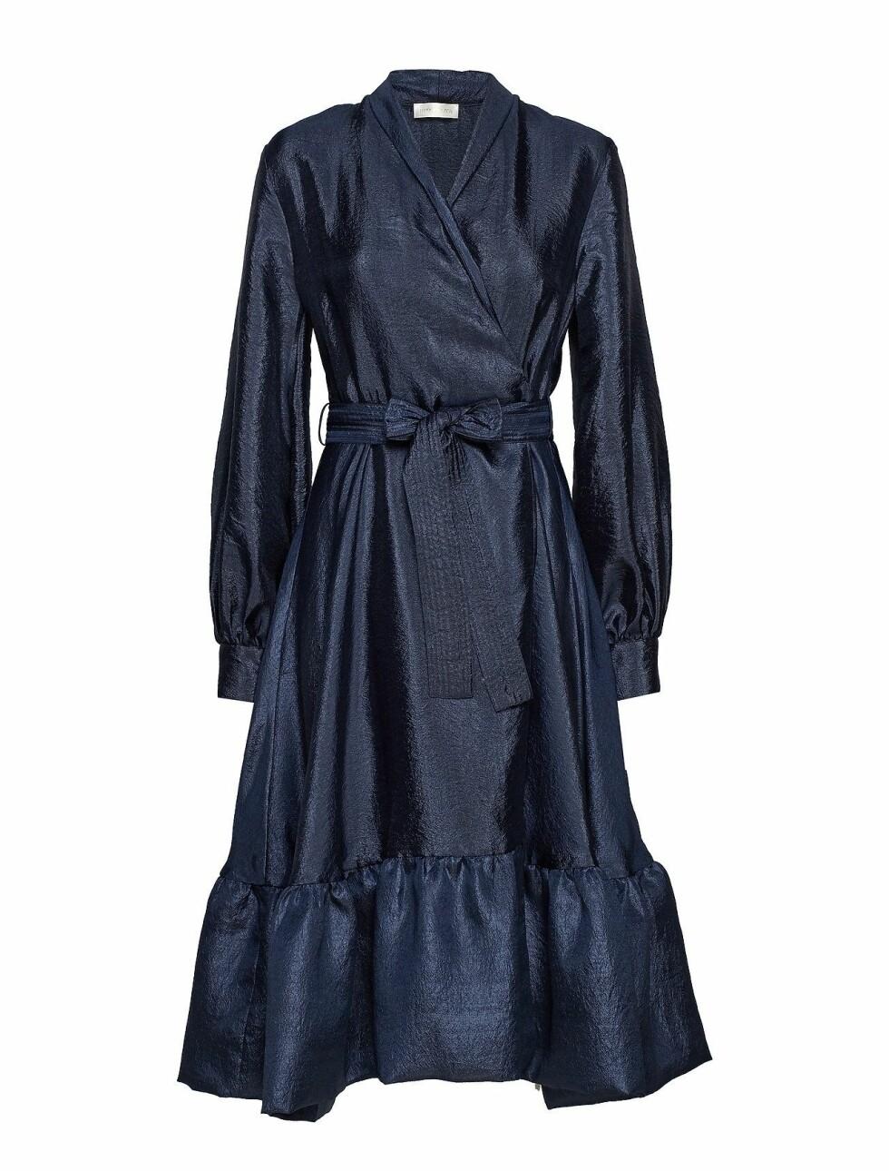Kjole fra Stine Goya |2600,-| https://www.boozt.com/no/no/stine-goya/niki-472-shiny-midnight_18728148/18728158?path=67362&navId=67362&sNavId=67453&group=listing&position=1000000