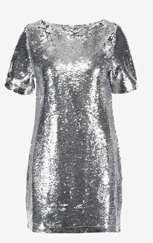 Kjole fra NA-KD |399,-| https://www.zalando.no/na-kd-sequin-tee-dress-cocktailkjole-silver-naa21c02o-d11.html