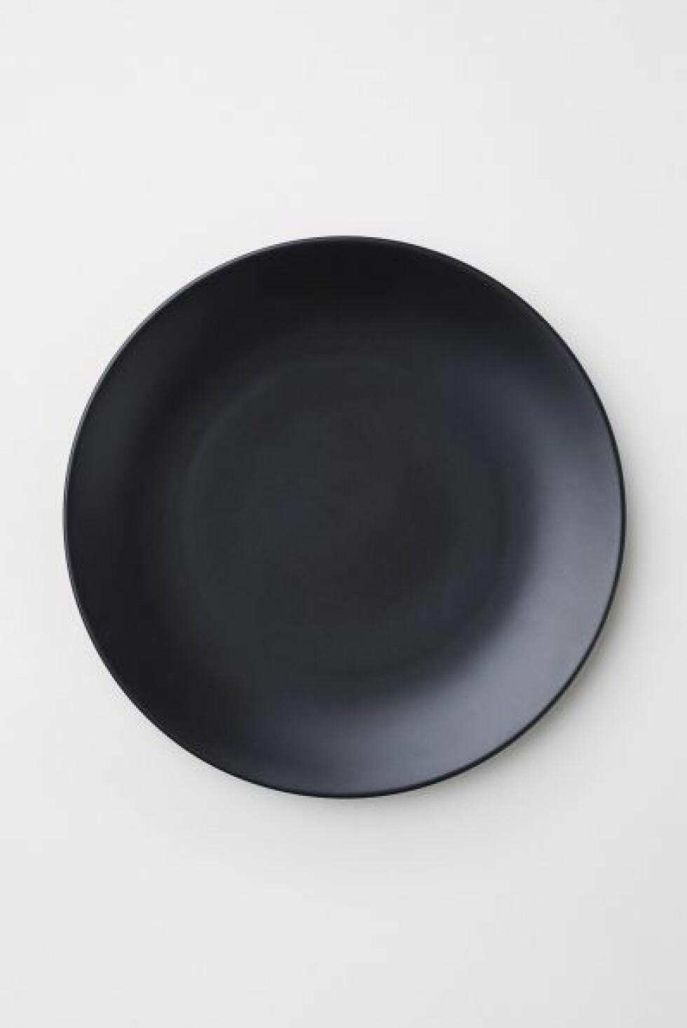 Svart porselens-tallerken (kr 40, H&M Home).
