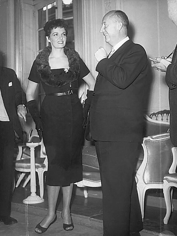 Dior var populær blant celebritetene. Her er han sammen med skuespiller og sanger Jane Russel. FOTO: DIOR