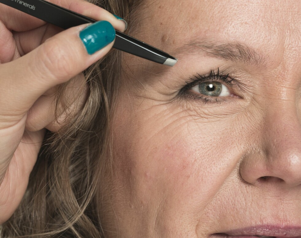 2. Vi nappet brynene og klippet dem litt. Vær forsiktig når du klipper, og ta kun hårene som stikker ut og bryter den ryddige formen du ønsker å skape. Dette gir ansiktet et løft og rammer inn blikket.