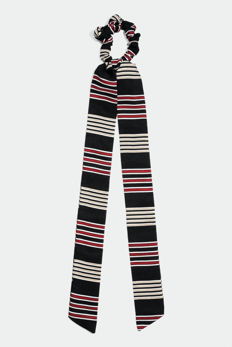 Scrunchie med knytefunksjon fra Glitter |80,-| https://www.glitter.no/scrunchie-med-knytefunksjon-stripete