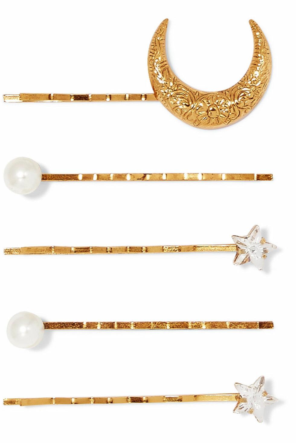 Jennifer Behr |1150,-| https://www.net-a-porter.com/no/en/product/1087007/jennifer_behr/set-of-five-gold-plated--swarovski-crystal-and-faux-pearl-hair-slides