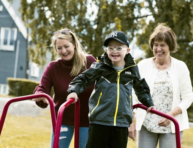 8 ÅR: Nå er Sindre (8) på skole på dagtid og leker gjerne med mamma og mormor i parken etterpå. FOTO: Astrid Waller