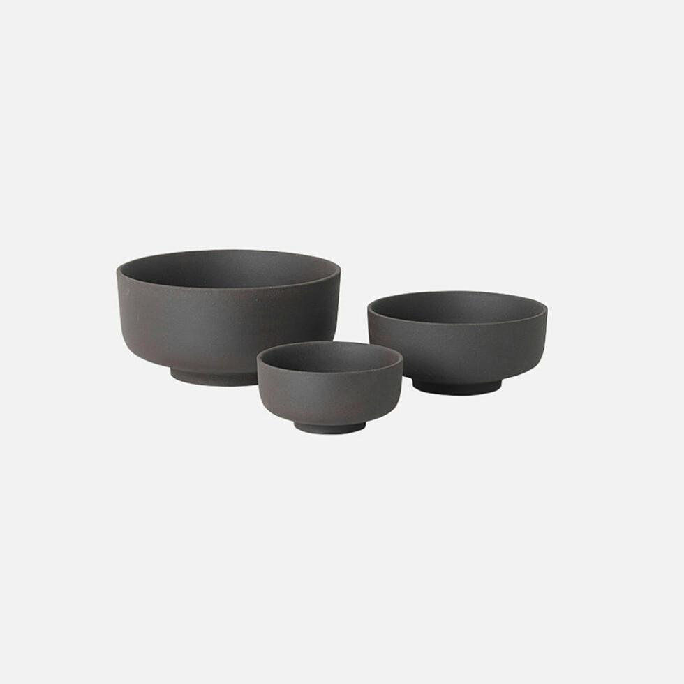 Skåler fra Ferm Living  629,-  https://www.oslodeco.no/produkt/ferm-living-sekki-bowls-charcoal-3-stk