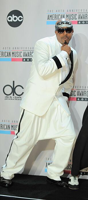 CAN'T TOUCH THIS: MC Hammer, fortsatt med haremsbuksa på, under American Music Award i 2012. FOTO: NTBScanpix