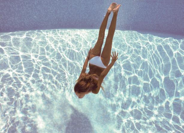Å bade i mye saltvann fremskynder solblekingsprosessen, og gjør håret enda lysere og striere. Foto: Scanpix