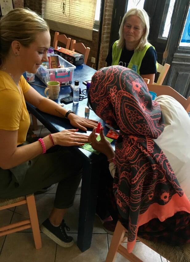 """UNIKE MØTER: Heidi og """"Zara"""" (14) fra Afghanistan lakker negler og spiller Jenga. FOTO: Privat"""