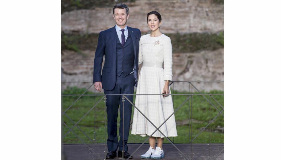 HYLLES FOR SKOVALG: Kronprinsesse Mary byttet ut stiletthælene med et par praktiske Nike-sneakers da hun og ektemannen kronprins Frederik vandret rundt i de antikke ruinene ved Terme di Caracalla i Roma i november. FOTO: NTB Scanpix