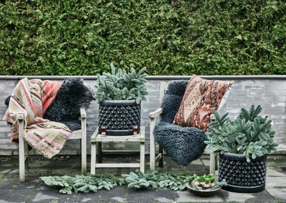 Terrassen er innredet for å nytes i den kalde årstiden. Puter, tepper og trekrukke er fra Brandts Indoor. Skinnfell fra Natures Collection. FOTO: Birgitta Wolfgang