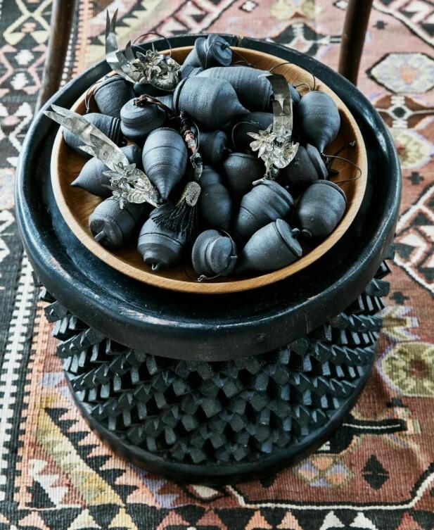 Sølvfugler, kinesisk pynt og kvister fra Usbekistan er fra Brandts Indoor. De rå julekulene er fra keramikeren Louise Egedal. FOTO: Birgitta Wolfgang