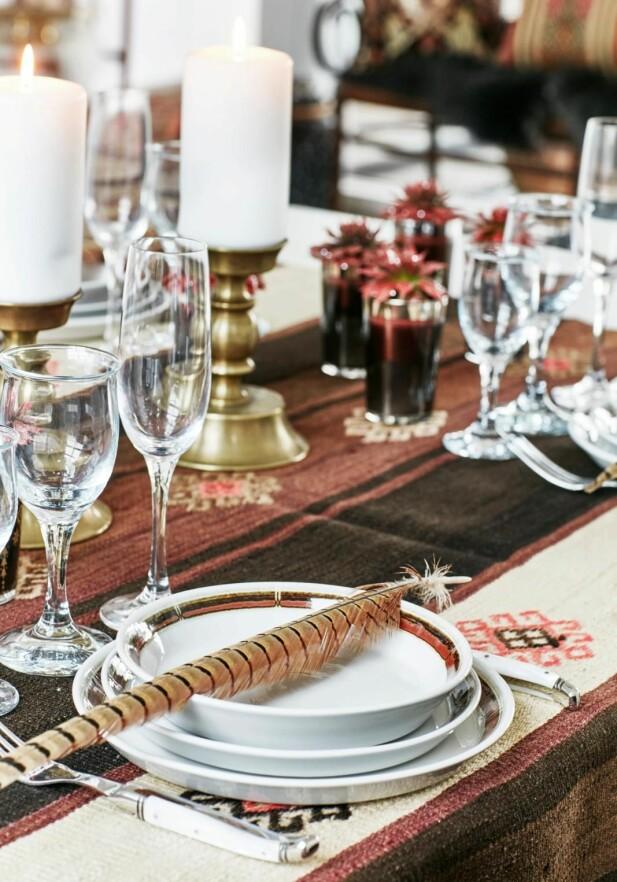 Bordet er dekket med detaljer og pynt, varme, brente farger, samt elementer fra naturen. FOTO: Birgitta Wolfgang