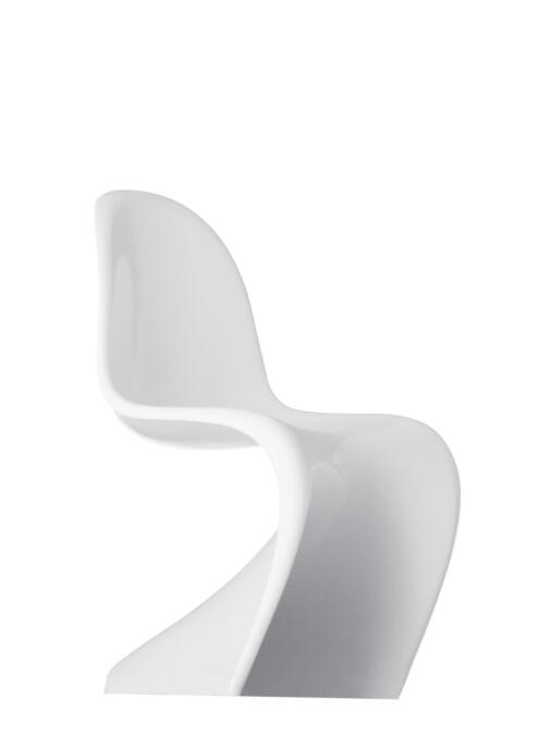 Den ikoniske «Pantonstolen» ble designet av Verner Panton i 1960 (kr 2600, Vitra).