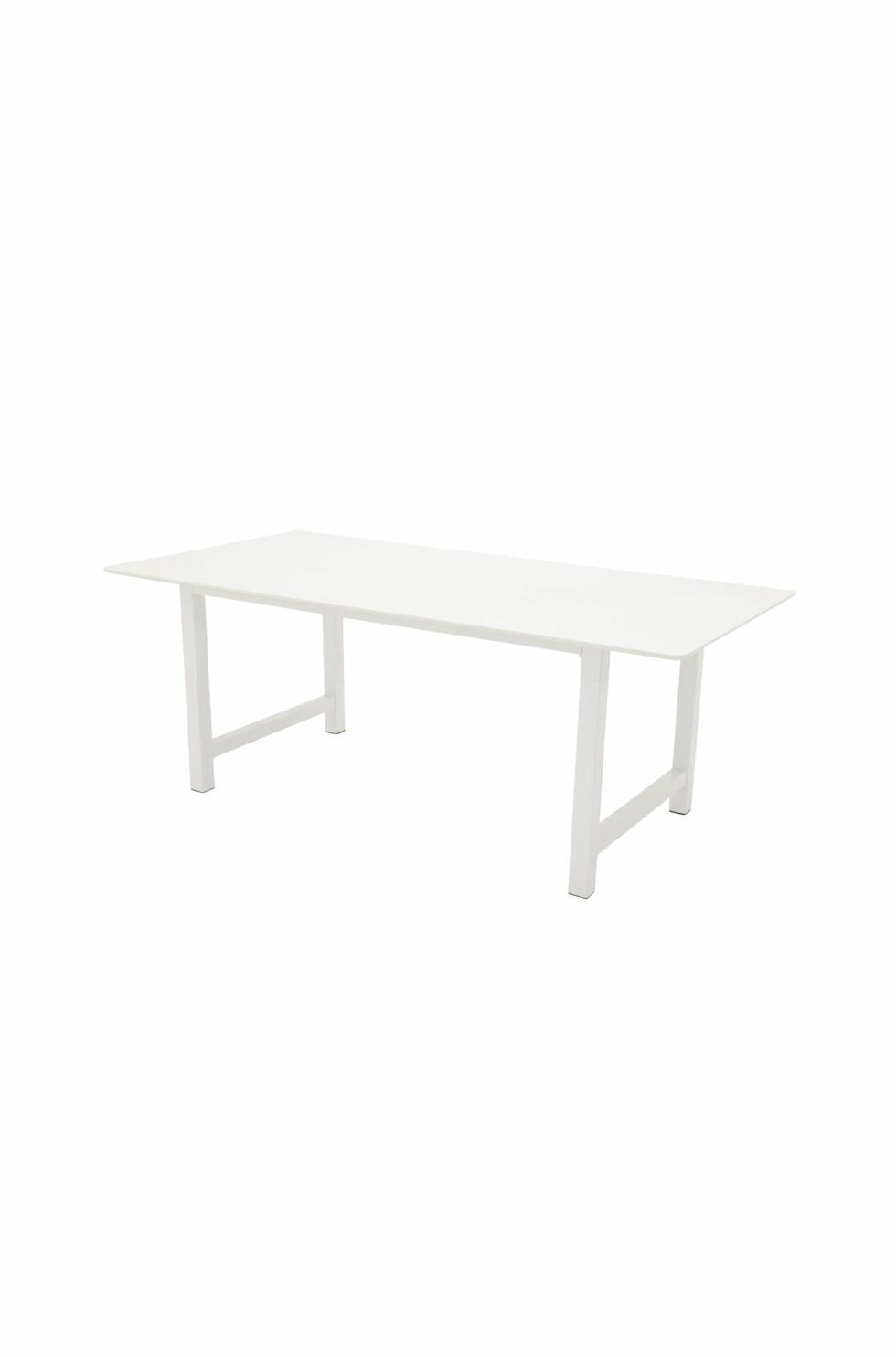 «Canet», spisebord med MDF-bordplate og lakkerte metallbein (kr 3000, Ellos Home).
