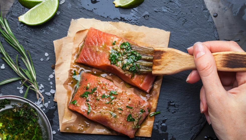 SPISER FOR LITE FISK: Helsedirektoratets kostråd sier at vi bør ha et hovedsakelig plantebasert kosthold og spise variert. I dette inngår fisk, gjerne 2-3 ganger per uke. FOTO: NTB Scanpix