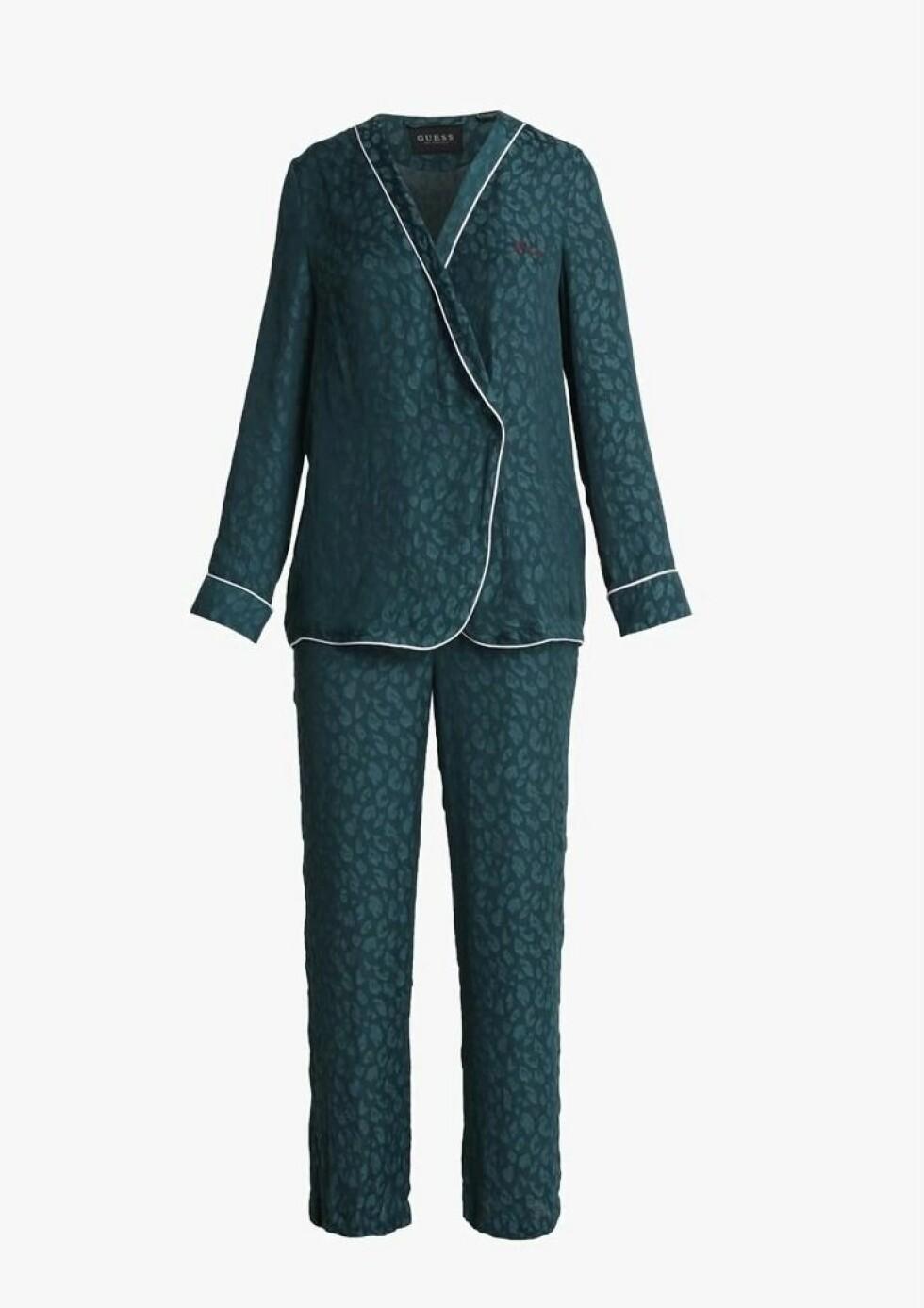 Pysj fra Guess |899,-| https://www.zalando.no/guess-pj-set-pyjamas-animalier-print-gu181p00d-l11.html