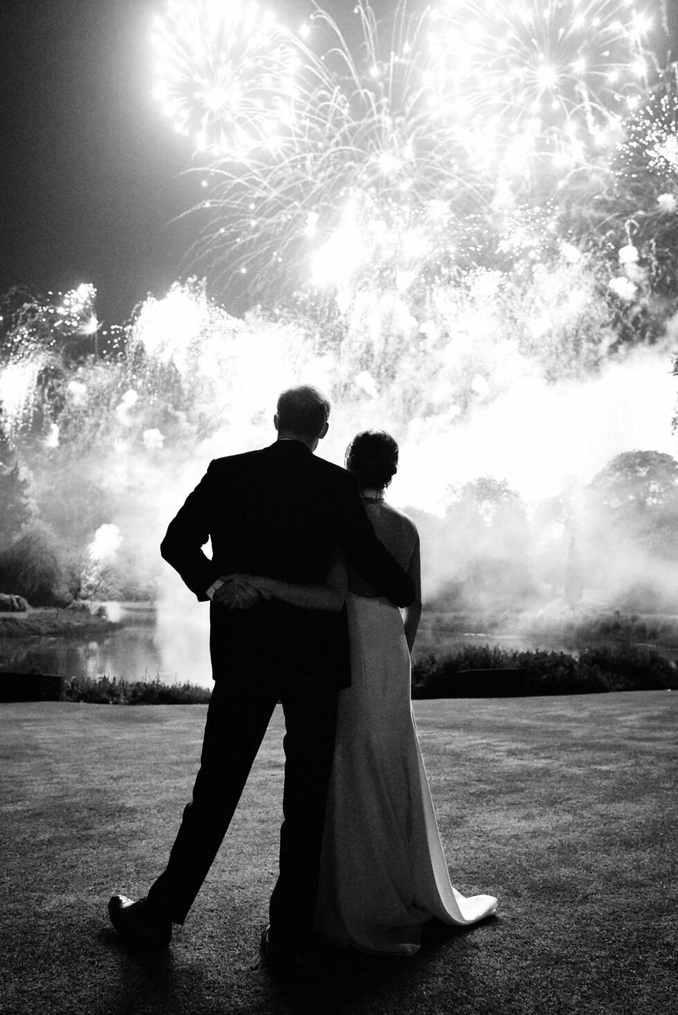 ROMANTISK: Dette bildet ble tatt av hertuginne Meghan og prins Harry på bryllupsdagen i mai. Det ble sluppet 14. desember og var ekteparets julekort til folket. FOTO: NTB Scanpix