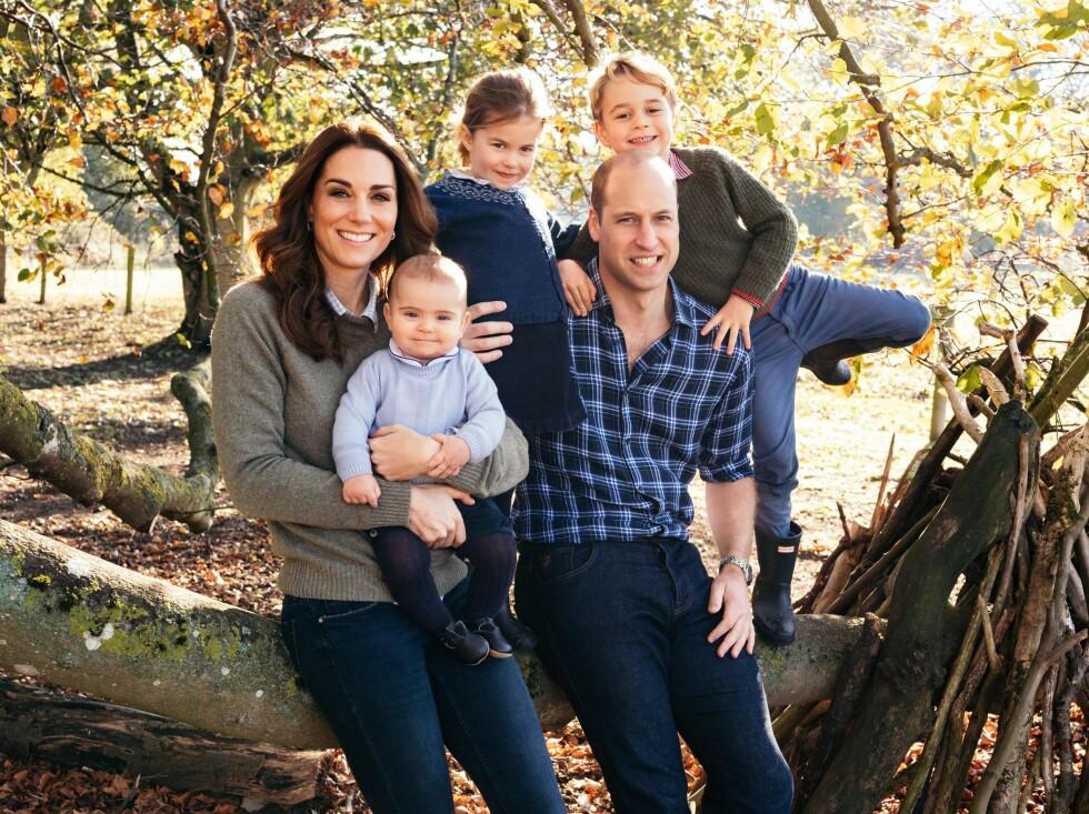 FIN FAMILIE: Den britiske prinsefamilien ønsket folket en god jul med dette fotografiet tatt tidligere i år. Se så stor prins Louis, født 23. april 2018, er blitt! FOTO: NTB Scanpix