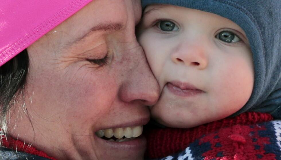 MORSLYKKE: MArit Bjørgen og sønnen Marius etter at hun vant 15 km skiatlon kvinner i Lahti i 2017. FOTO: NTBScanpix