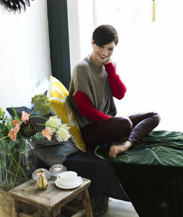 MELISA HAR PÅ SEG: Genser (kr 3800, Santos Clothing) og skinnbukse (kr 10 000, Helmut Lang). FOTO: Astrid Waller