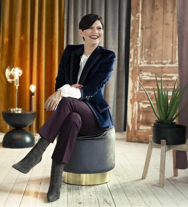 MELISA HAR PÅ SEG: Blazer (kr 11 000) og ankelstøvletter (kr 6000, begge fra Barbara Bui), bluse (kr 3000, Dundop) og bukse (kr 3400, Helmut Lang). FOTO: Astrid Waller