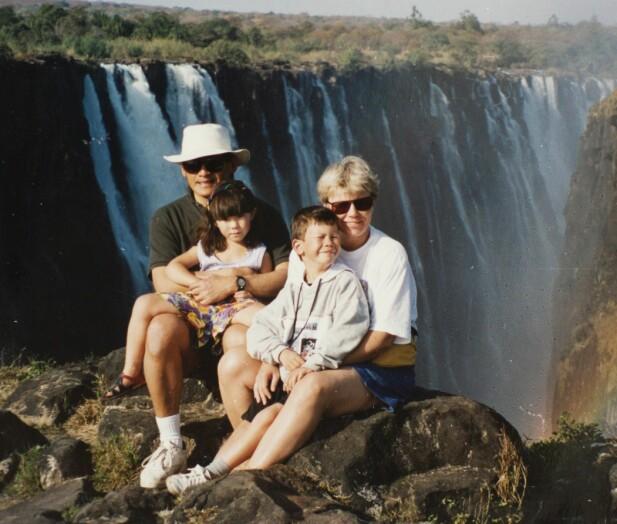 VICTORIA FALLS: Sønnen David var sju og datteren Thea var fire år da dette bildet av familien Wang ble tatt ved Victoria Falls. FOTO: Privat