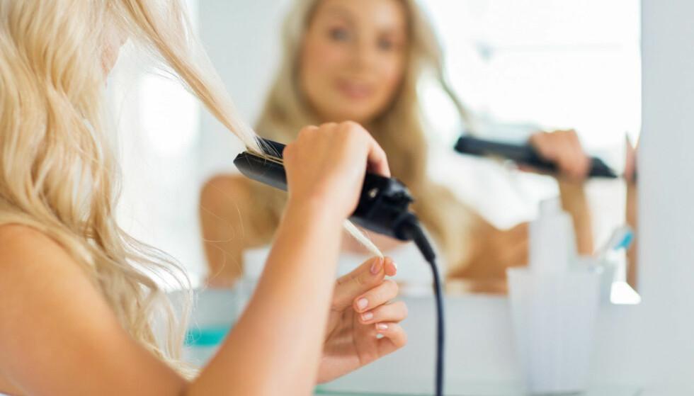 SEKSJONER: Spar håret for unødvendig slitasje ved å dele det opp før du går til verks med rettetangen. FOTO: NTB Scanpix