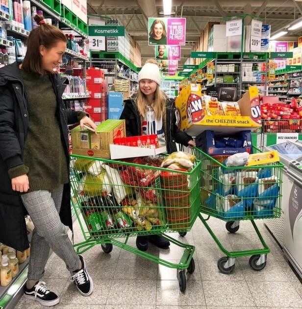 HANDLET INN MAT: Maren fikk blant annet hjelp av lillesøsteren sin da hun skulle handle inn middag til 15 familier i fjor. FOTO: Privat