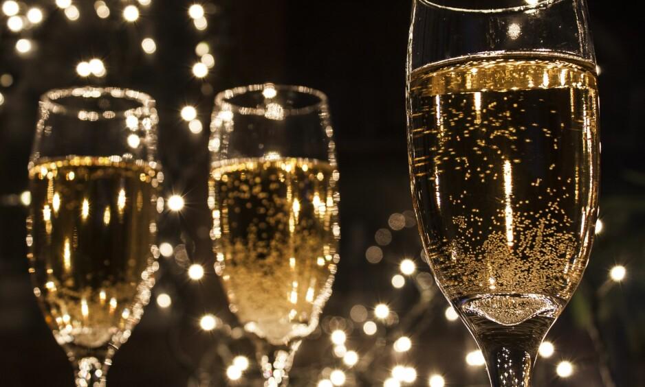 CHAMPAGNE: De høye glassene er ofte de stiligste å servere champagne i. FOTO: NTB Scanpix