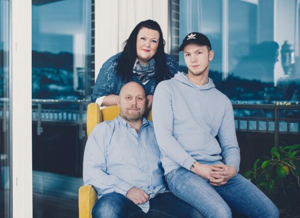 FAMILIELIV: Bente Linn setter stor pris på hverdagens lysglimt og tid med familien. Joakim (19) fikk vite at han ikke har arvet sykdommen, som er 50 prosent arvelig, i november. Storebror Marius (22) var ikke tilstede da bildet ble tatt. FOTO: Astrid Waller