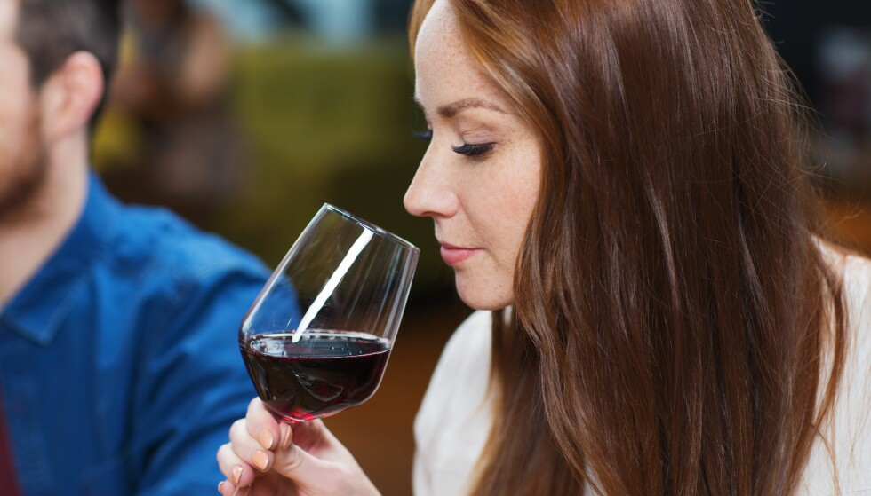 LUKT DEG FREM: Noen enkle huskeregler kan gjøre det enklere å kjenne igjen en vin med feil. Neglelakkfjerner, råtten frukt og våt papp vil du som regel ikke lukte. FOTO: NTB Scanpix