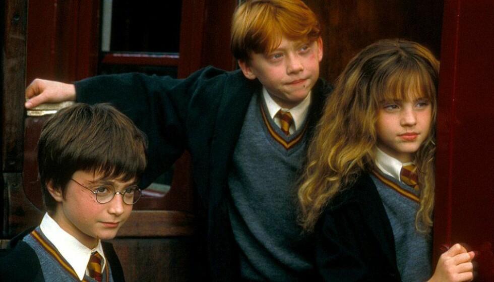 2001: Daniel Radcliffe (t. v.) som Harry Potter, Rupert Grint som Ronald Wiltersen, Emma Watson (t. h.) som Hermine Grang i den aller første «Harry Potter»-filmen. FOTO: Warner Bros.