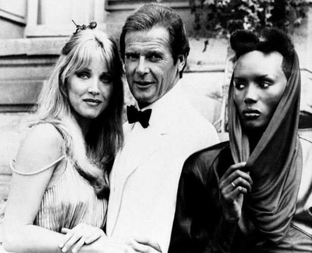 FIN BLANDING: Roger Moore sammen med Tanya Roberts og Grace Jones under innspillingen av «A view to a kill». FOTO: NTB Scanpix