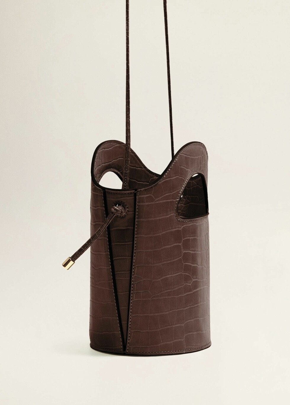 Veske fra Mango |129,-| https://shop.mango.com/no-en/women/bags-handbags/croc-effect-tote-bag_33031050.html?c=78&n=1&s=Rebajas_she.accesorio;40,340,440
