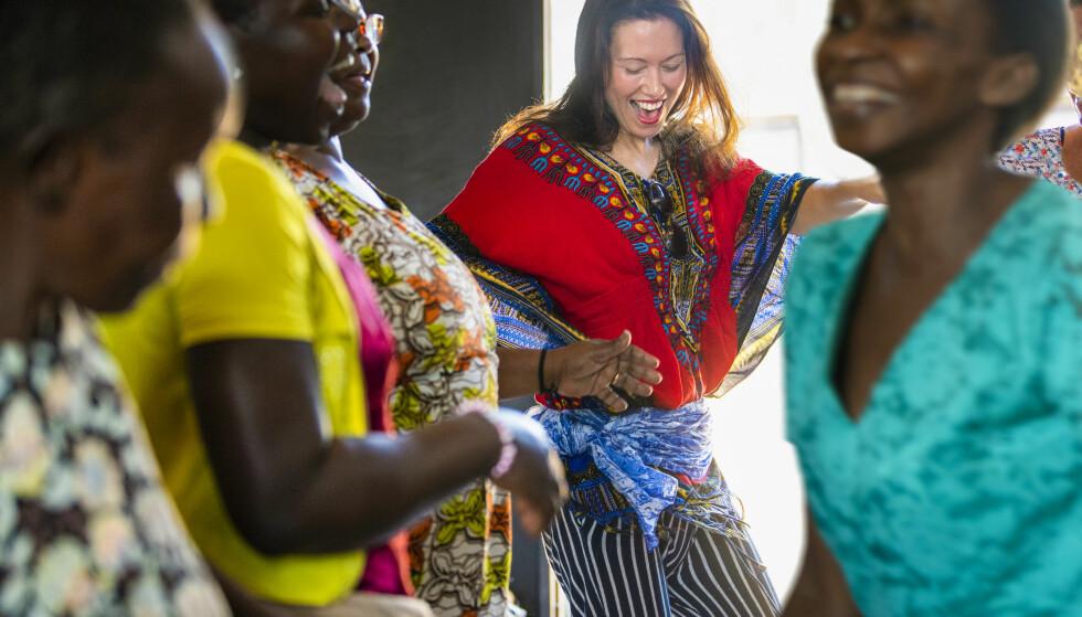 LIVLIG: Designer Nina Jarebrink er proppfull av energi, og skaper god stemning blant folk rundt seg - også i Uganda. FOTO: Mona Nordøy