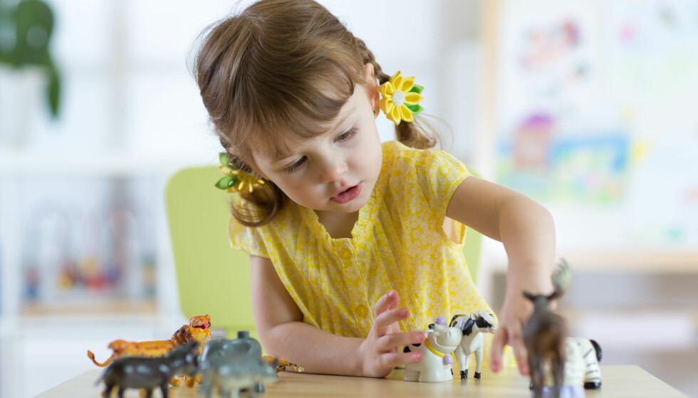 SPRÅKUTVIKLING: Å prate med seg selv i lek er en viktig del av språkutviklingen hos barn FOTO: NTB Scanpix