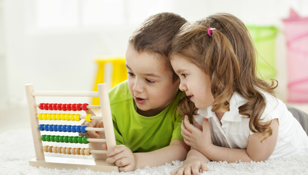 INDIVIDUELLE FORSKJELLER: Noen barn viser interesse for takk og bokstaver allerede i barnehagen, men ikke alle. Det betyr IKKE at de vil få lærevansker. FOTO: Scanpix