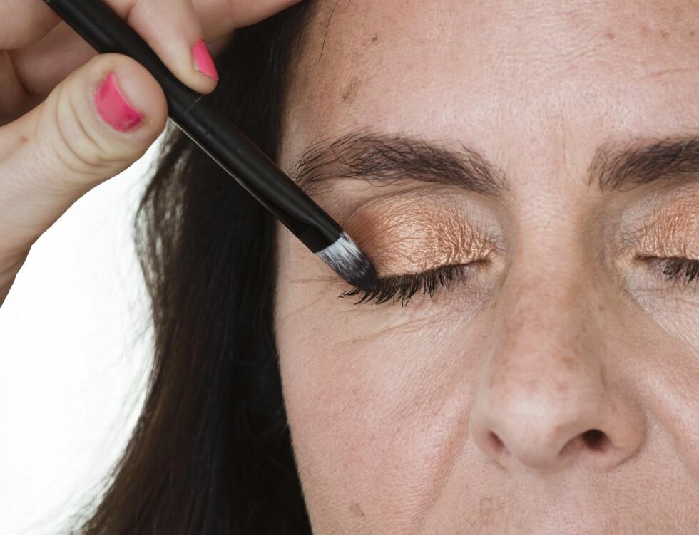 2. For å få maskara helt inn til vipperoten kan du bruke en tynn pensel som du påfører maskara langs vippekanten med.