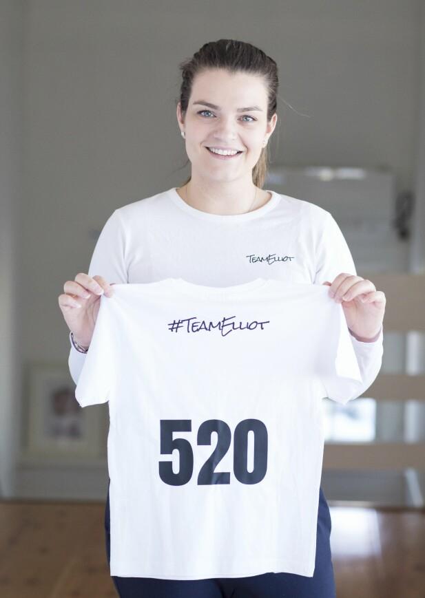 <strong>TEAM ELLIOT:</strong> T-skjortene til inntekt for Elliots medisiner er serienummerert. Charlotte og Niklas har solgt cirka 1000 stykker. FOTO: Charlotte Wiig