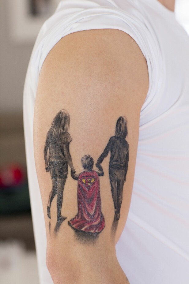 <strong>TATOVERING:</strong> På overarmen til pappa Niklas lyser en tatovering: Døtrene som går bortover veien, med en gutt i supermannkappe mellom seg. «E» for Elliot står det på kappen. FOTO: Charlotte Wiig
