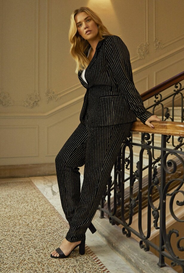 TIPS: Et matchende sett i vertikale striper er perfekt for å skape en lang silhuett. Foto: Petra Kleis - Styling: Louise Amstrup - Hår og makeup: Sara Rostrup