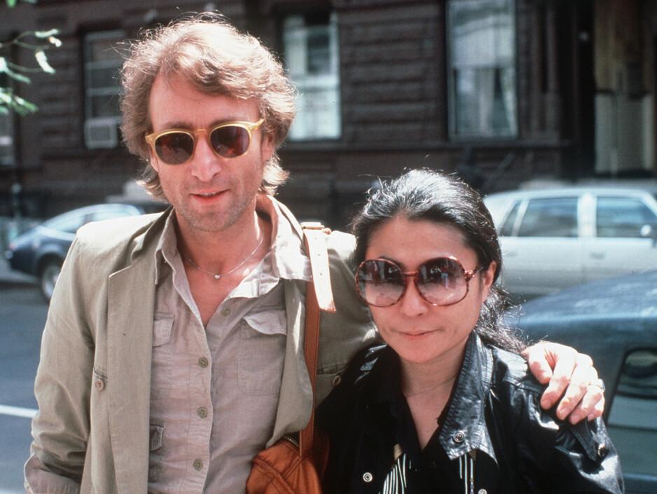 JOHN OG YOKO: Et av de siste bildene av John Lennon og Yoko Ono sammen, tatt i 1980, bare måneder før John ble skutt og drept utenfor hjemmet deres Dakota building i New York. FOTO: NTB Scanpix