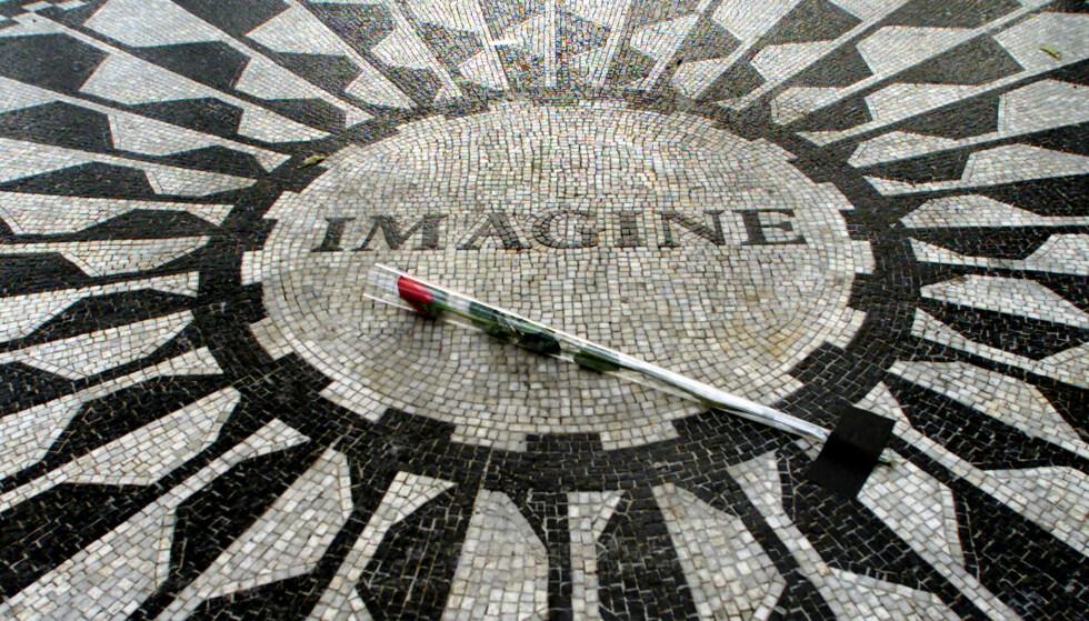 DRØMMEN LEVER VIDERE: På årsdagen for drapet på John Lennon, 8. desember legge folk blomster på minnesmerket Strawberry Fields i Central park. Minnestedet er designet av Yoko Ono. FOTO: NTBScanpix