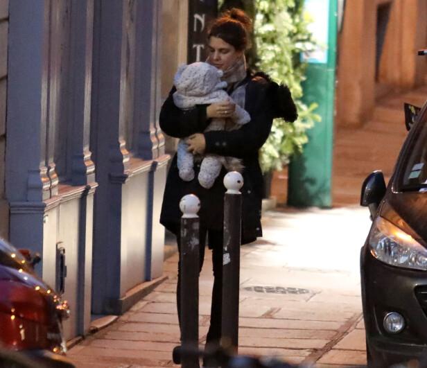 TOBARNSMOR: Dette bildet er tatt av Charlotte Casiraghi og sønnen Balthazar utenfor leiligheten hennes i Paris i slutten av desember. Fra før har hun sønnen Raphaël (4) med ekskjæresten Gad Elmaleh. FOTO: NTB Scanpix