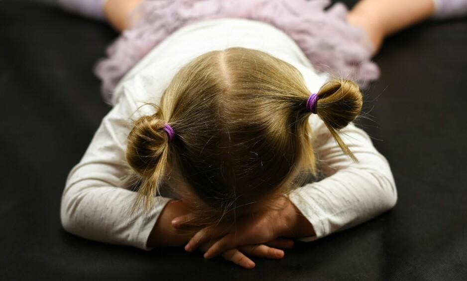TRASSALDEREN: Det kan være flaut og stressende når barnet får meltdown foran andre, men ifølge ekspertene kan du trøste deg med at de aller fleste foreldre får oppleve hvordan det er å ha et barn i trassalderen. FOTO: NTB Scanpix
