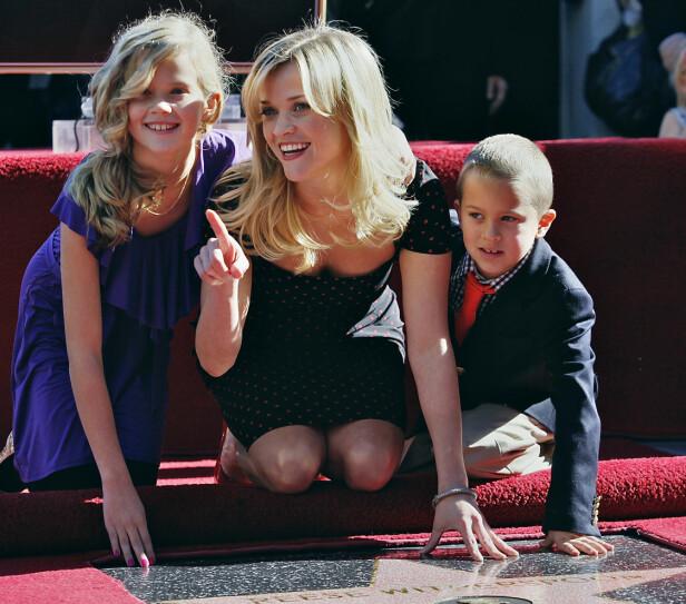 TREBARNSMOR: I 2010 fikk ble Reese Witherspoon beæret med en stjerne på the Hollywood Walk of Fame. Da hadde hun med seg barna Ava og Deacon. Yngstesønnen Tennessee James ble født to år senere. FOTO: NTB Scanpix
